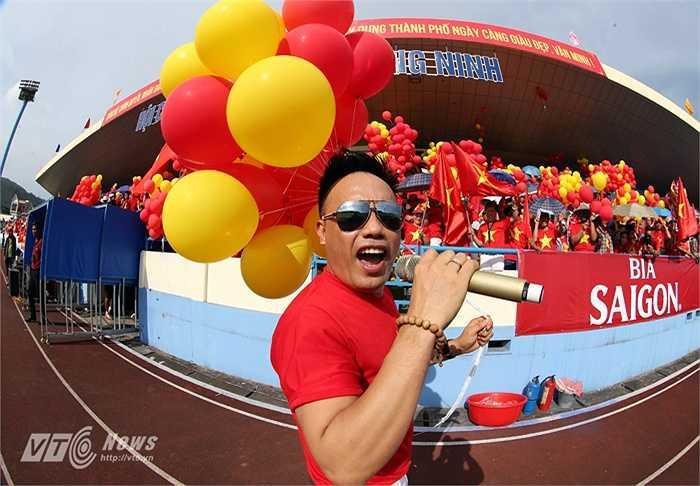 Không khí cuồng nhiệt trên sân Cẩm Phả trước trận đấu.