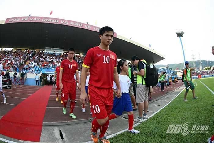 Công Phượng cùng đồng đội bước ra sân đấu.