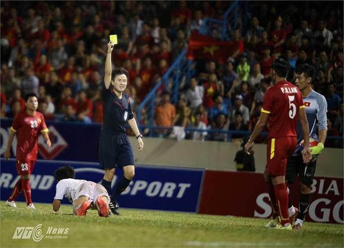 Và đến phút 89, trung vệ Hoàng Lâm (số 5) đuối sức trong một pha bứt tốc của cầu thủ bạn nên đã phạm lỗi khiến U23 Việt Nam lần thứ 2 chịu phạt đền 11m.