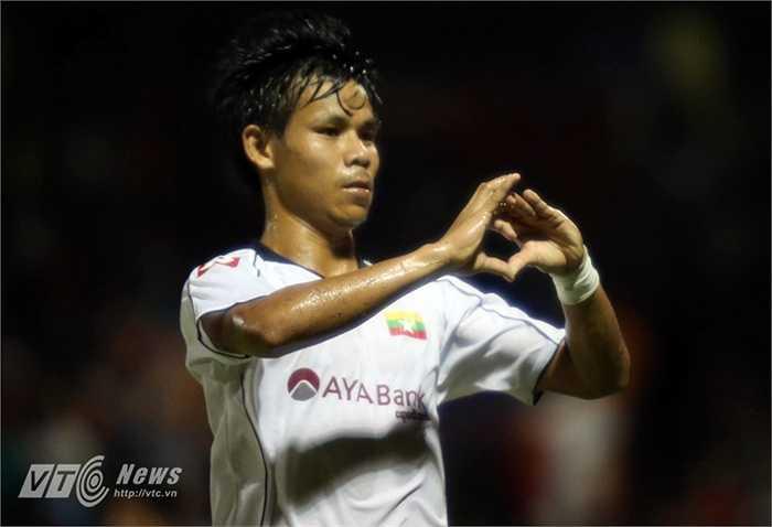 Moe Aung gỡ hòa 2-2 cho U23 Myanmar vào những phút cuối cùng của trận đấu để mang về trận hòa cho đội bóng xứ Chùa Tháp. (Hà Thành - Ảnh: Quang Minh)