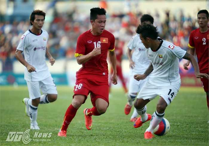 Tiền đạo Thanh Bình cũng có tình huống đột phát qua một loạt cầu thủ áo trắng. Tiếc là ở pha dứt điểm, bóng đá đi không trúng đích.