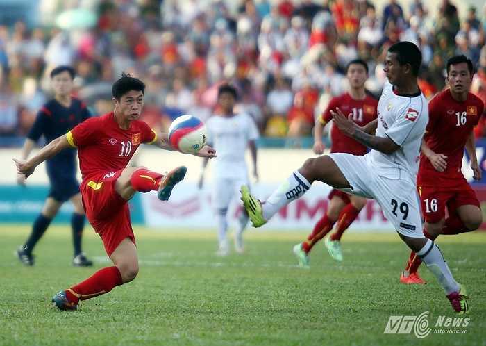 Thêm một tình huống khống chế bóng trước vạch 16m50 U23 Myanmar của Công Phượng.