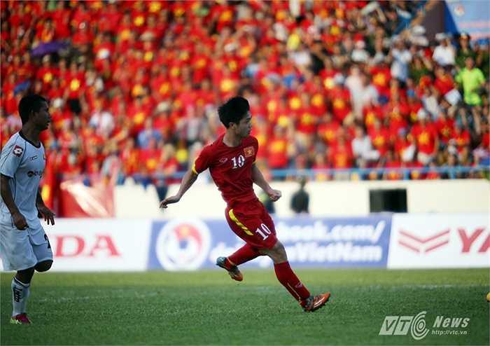 Phải đến phút 23, từ một pha đi bóng ở giữa sân, Công Phượng vặn sườn qua 2 cầu thủ Myanmar vào vòng cấm rồi rứt điểm hiểm hóc, mở tỷ số cho U23 Việt Nam.