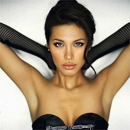 Mới đây, Minh Tú gây ấn tượng mạnh với màn hóa trang thành Angelina Jolie giống tới ngỡ ngàng.