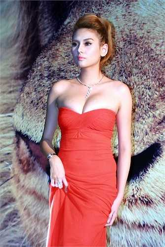 Người đẹp thường xuyên khoe đường cong quyến rũ với đầm quây, đầm khoét sâu.