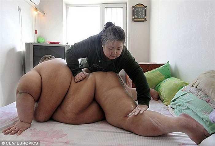 Bà Ma phải hỗ trợ con trong từng hoạt động
