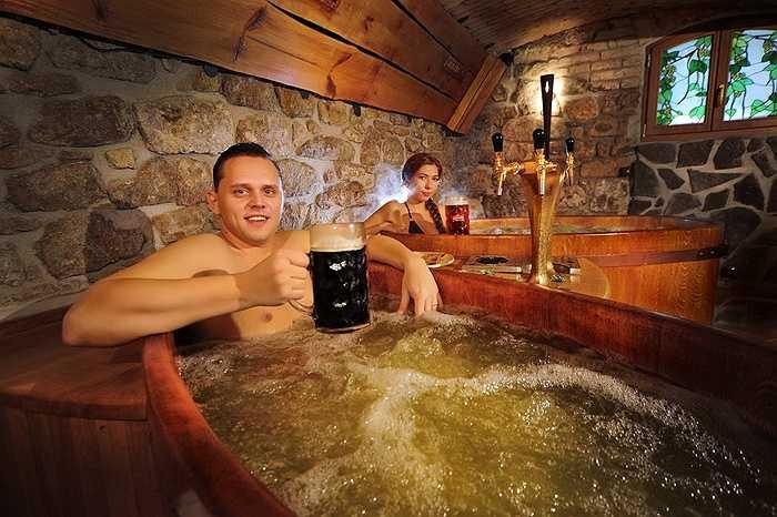 3. Tắm bia là hình thức 'làm đẹp' đã khá phổ biến trên toàn thế giới, dành cả cho nam và nữ. Tắm bia giúp bạn chữa được nhiều loại bênh, các vitamin và các loại chất trong bia còn có thể tái tạo và làm trẻ hóa làn da của bạn.