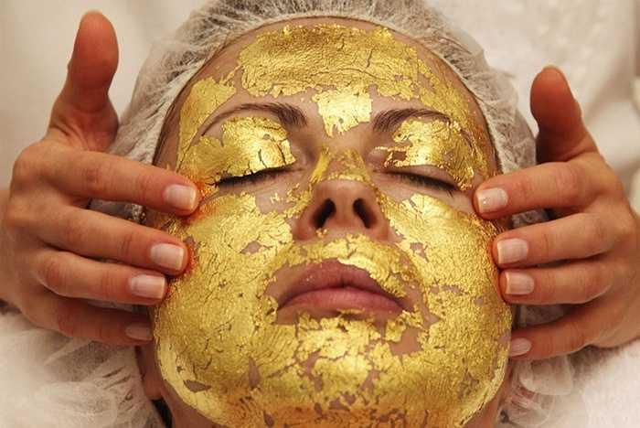 4. Vàng nguyên chất được sử dụng để đắp mặt, giúp da mặt được trẻ hóa và trở nên tươi sáng, rạng rỡ hơn. Dù loại hình làm đẹp này khá 'tốn kém' nhưng ngày càng phổ biến rộng rãi ở khắp mọi nơi.