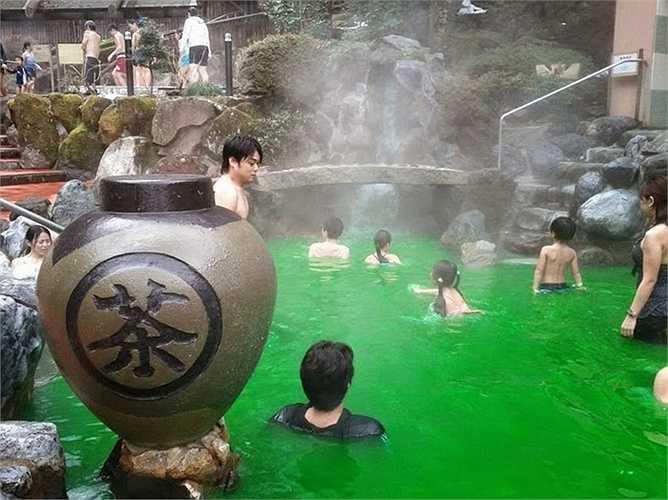 Tắm rượu Sake trà xanh ở Nhật Bản là một trong những phương pháp trị liệu spa kỳ quái nhất. Tuy nhiên hình thức này lại đảm bảo việc trị liệu da hết sức hiệu quả.