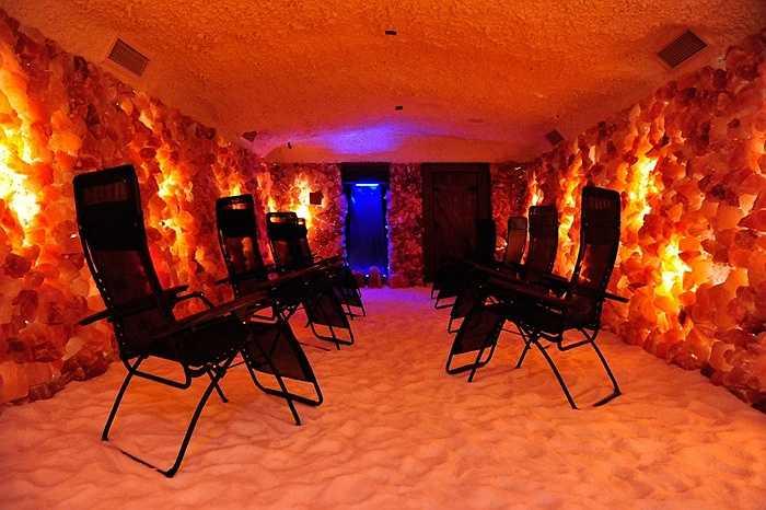 Chỉ cần ngồi thư giãn trong một hang động muối tự nhiên sẽ giúp bạn chữa được bệnh hen suyễn và dị ứng. Muối được xem là một trong những liệu pháp có lợi nhất cho cơ thể con người. Những hang động muối này khá phổ biển ở Ba Lan.