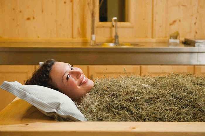 Cỏ khô không phải chỉ để làm thức ăn gia súc mà nó còn được dùng như một liệu pháp làm đẹp 'sang chảnh'. Bạn sẽ nằm trong bồn tắm, lấp đầy cỏ khô và các loại dầu lên cơ thể sau đó... ngủ một giấc. Hình thức làm đẹp này khá nổi tiếng ở Italy.