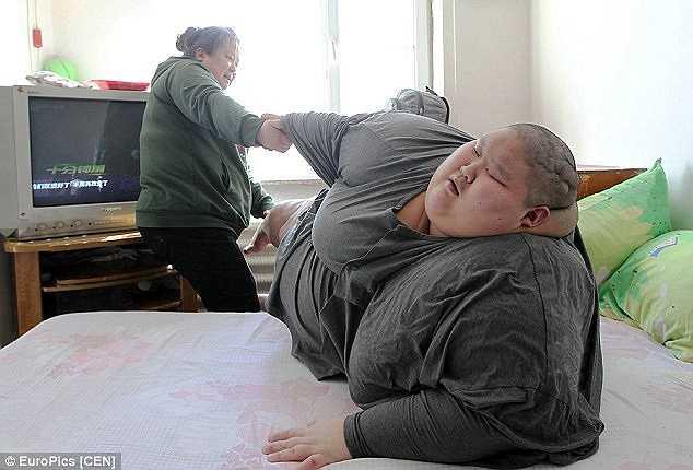 Mọi sinh hoạt của hai người con đều do bà Ma đảm đương. Người anh mắc chứng béo phì nặng tới 250 kg và không thể di chuyển khỏi giường và cũng không thể giao tiếp vì mắc chứng bại não.