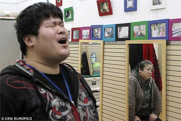 Năm 2012, cậu em Yuanjun bộc lộ năng khiếu hát và chơi piano. Một giáo viên địa phương đã tặng mẹ con cậu một cây đàn piano để có thể chơi tại nhà.