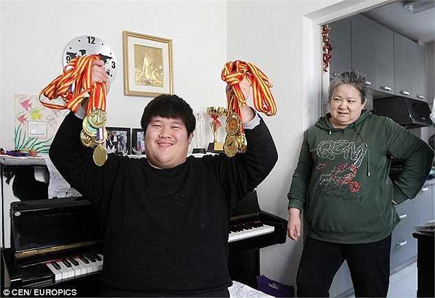 Yuanjun trở thành một giọng ca tài năng, tham gia các cuộc thi trên toàn quốc và chiến thắng nhiều giải thưởng khi trình diễn các bản nhạc cổ điển của Italy và Nga.