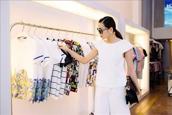 Công Trí được xem là người thiết kế hầu hết các trang phục cho siêu mẫu khi cô xuất hiện tại các show diễn, các sự kiện và trong các vai diễn điện ảnh.