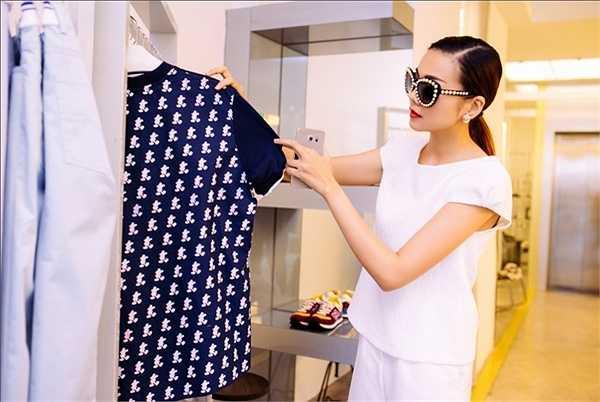 Thay vào đó, Thanh Hằng chọn những chiếc áo pull, áo sơ mi kết hợp cùng quần jeans giúp cô di chuyển thoải mái