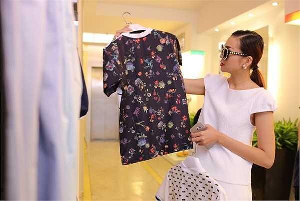 Lần này, với mốt quần ống rộng lửng kết hợp với áo cùng màu, cũng là một trong những sở thích ăn mặc của cô ở thời điểm hiện tại