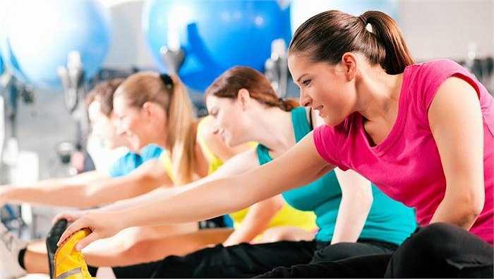 2. Tập thể dục, thể thao đều đặn: Một chế độ ăn uống cân bằng phải luôn đi kèm với thói quen tập thể dục thể thao. Mỗi ngày đi bộ hoặc tập khoảng một giờ.