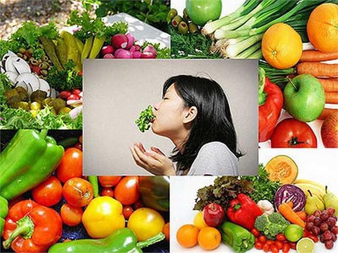 3. Ăn nhiều rau xanh và hoa quả: Những phát hiện gần đây cho thấy, lượng vitamin A thấp trong máu thường dẫn đến ung thư đường tiêu hóa và phổi. Nên ăn những thực phẩm giàu vitamin A: lòng đỏ trứng, sữa, chế phẩm từ sữa, các loại rau xanh, quả màu vàng đỏ như cà chua, cà rốt, bí đỏ, gấc...
