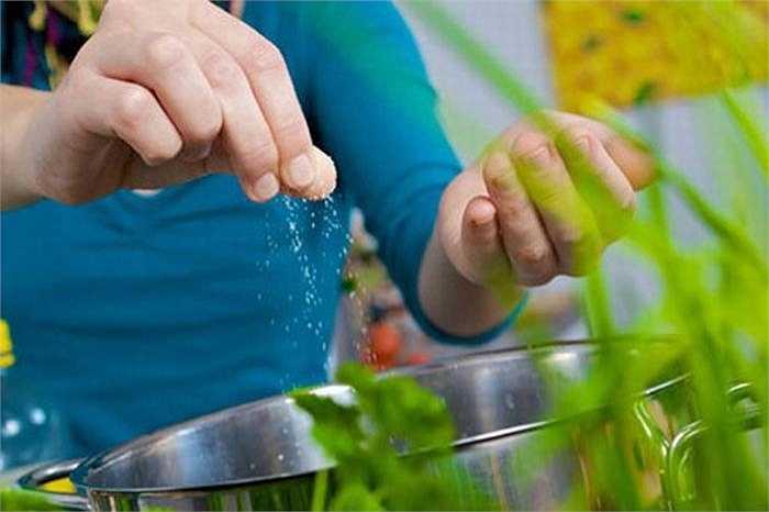 7. Giảm lượng muối tiêu thụ mỗi ngày: không nên vượt quá 6g muối và tốt nhất là kết hợp với gia vị trong các món rau quả.