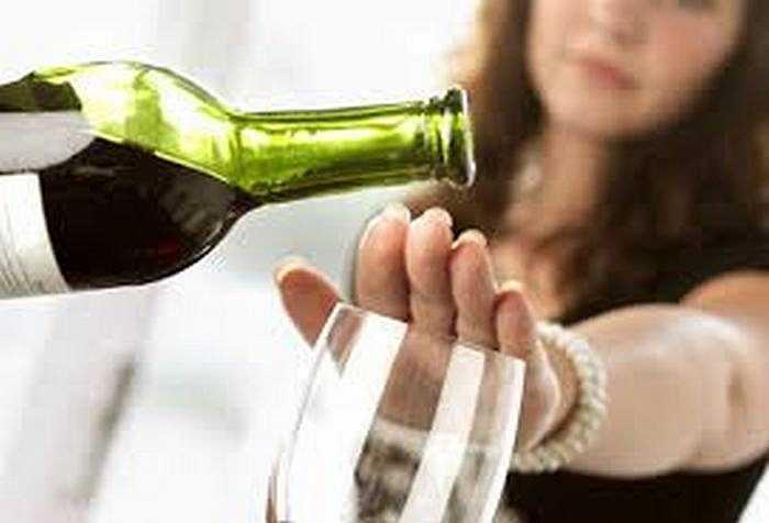 9. Hạn chế uống rượu: Đồ uống có cồn rất dễ làm gia tăng tai biến nhiều loại ung thư như miệng, gan, trực tràng, vú… Vì thế, không nên uống quá 2 ly mỗi ngày.