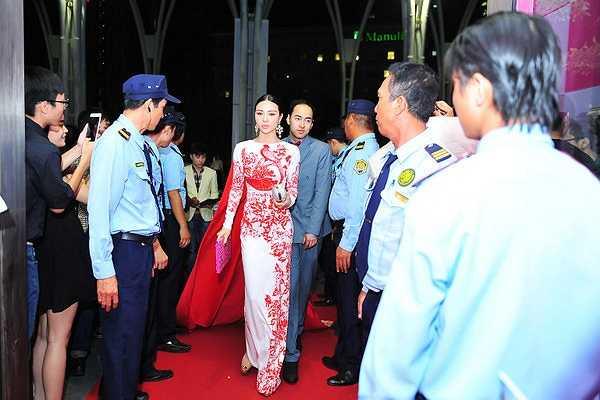 Trong một sự kiện tại TP.HCM, Á hậu Trà Giang đã gây bất ngờ cho tất cả quan khách khi diện chiếc váy có đuôi dài 18 mét