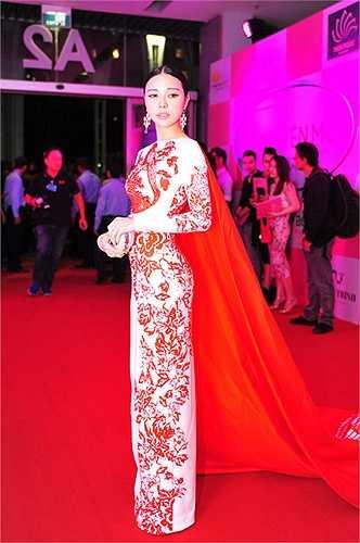 Bộ váy được lấy ý tưởng từ nghệ thuật cắt giấy thủ công.