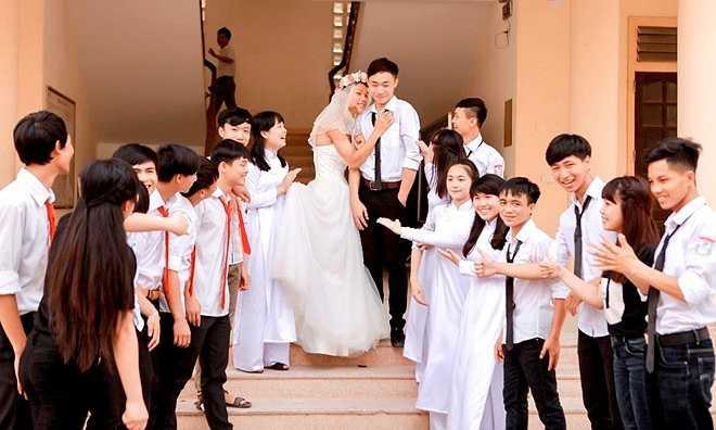 Nhân vật chính trong các bức hình là hai nam sinh vào vai cô dâu, chú rể, cùng với đó là sự góp mặt của tập thể lớp 12A3. Bộ ảnh do phó nháy Việt Đức và Tùng Nguyễn thực hiện.
