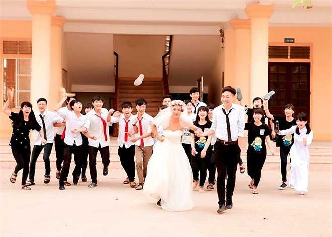 Sau màn hôn ước, cô dâu - chú rể nắm tay nhau dưới sự chúc mừng đặc biệt của bạn bè.