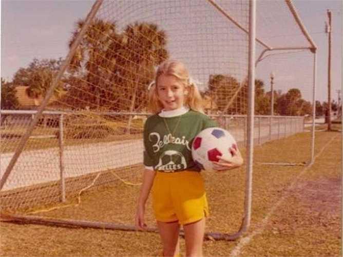 Sara Blakely sinh ngày 27/2/1971 tại thành phố biển Clearwater, Florida và có trong mình bản năng kinh doanh từ rất sớm. Tại lễ hội Halloween, cô đã tạo nên 1 ngôi nhà ma và tính phí những người hàng xóm muốn vào khám phá.