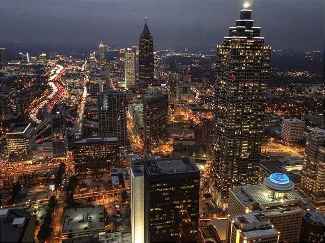 Blakely biến Atlanta làm 'đại bản doanh' của mình. Ngôi nhà 930m2 sử dụng năng lượng mặt trời của cô ở đây có cả phòng xông hơi, mát-xa