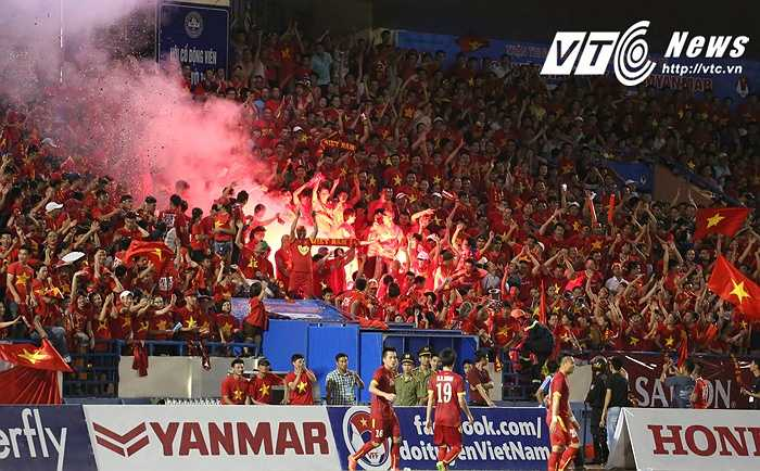 CĐV trên sân Cẩm Phả đốt pháo sáng ăn mừng bàn thắng của U23 Việt Nam. (Ảnh: Thành Phạm)