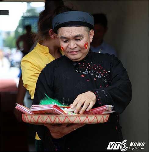 Nghệ sĩ Xuân Hinh chuẩn bị cho tiết mục hát văn. (Ảnh: Thành Phạm)
