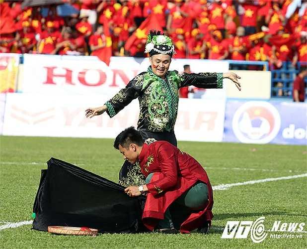 Trước đó, hàng vạn khán giả đã được xem những màn trình diễn của các nghệ sĩ khách mời tới cổ vũ và khuấy động trận đấu cho U23 Việt Nam. Trong ảnh là NSUT Xuân Hinh. (Ảnh: Thành Phạm)