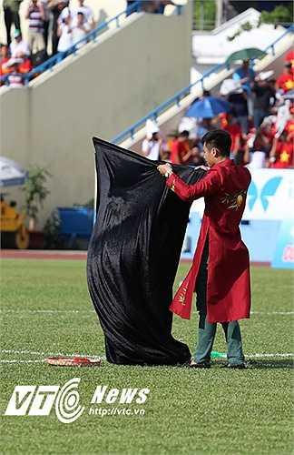 Nghệ sĩ Xuân Hinh xuất hiện trong một tiết mục ảo thuật và có một màn lên đồng đầy lôi cuốn dù có pha trượt ngã trên sân. (Ảnh: Thành Phạm)