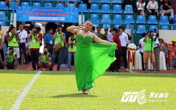 Và khán giả không ngừng vỗ tay, cười nghiêng ngả khi nghệ sĩ quê Bắc Ninh giả gái, hát múa. (Ảnh: Thành Phạm)