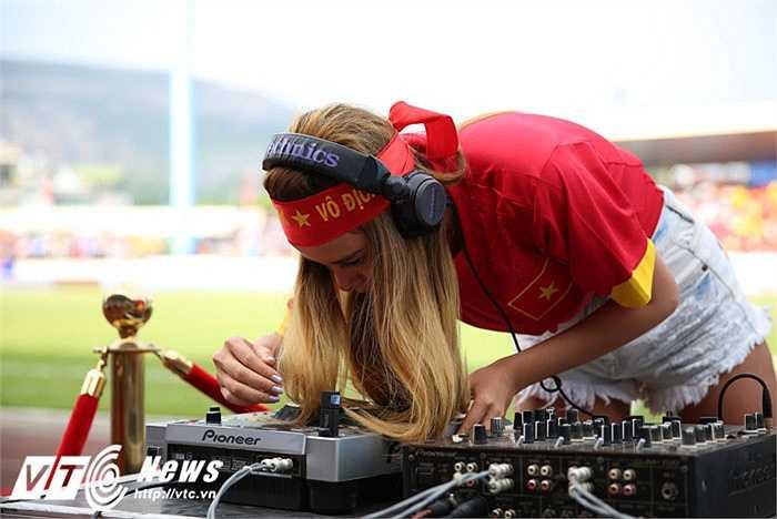 DJ Myno mang đến những vũ điệp remix cuồng nhiệt. (Ảnh: Thành Phạm)