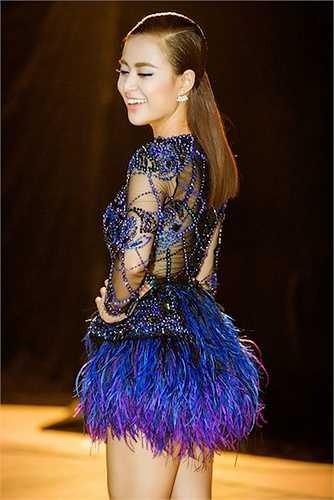 Với chủ đề New Era – Kỷ Nguyên Mới, Hoàng Thuỳ Linh đã phải nhờ đến sự hỗ trợ của DJ Hoàng Anh một lần nữa để 'phù phép' cho ca khúc 'Just You' của mình.