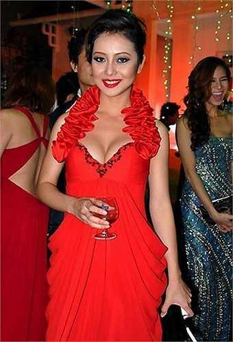 Nếu như thời gian trước, Hoa hậu Châu Á tại Mỹ chăm chỉ diện những trang phục cắt xẻ vô cùng táo bạo.