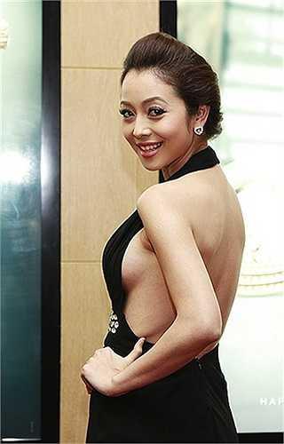Những khoảng hở khoe đường cong 'nóng bỏng' là điểm thường thấy trên váy áo của Jennifer.
