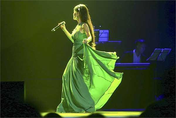 Hồng Nhung cũng là một giọng nhạc Trịnh được đón đợi khi cô hát nhẹ nhàng, theo một tinh thần mới mẻ 2 ca khúc Hạ trắng và Ru em từng ngón xuân nồng.