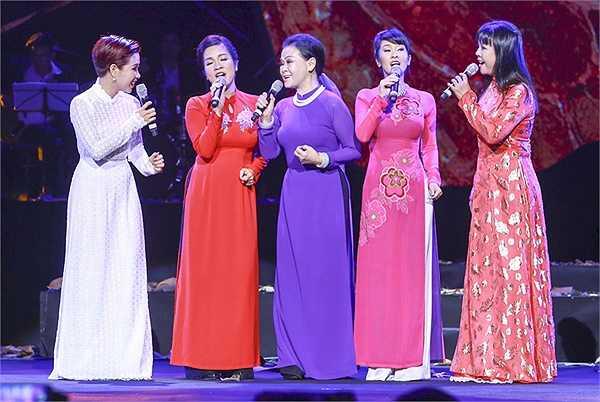Ca khúc sau cùng là 'Gọi tên bốn mùa' được Khánh Ly hát tốp ca cùng các vị khách mời là lời chào, cũng là lời hẹn gặp lại cho những lần trở về tiếp theo của bà trong thời gian tới.