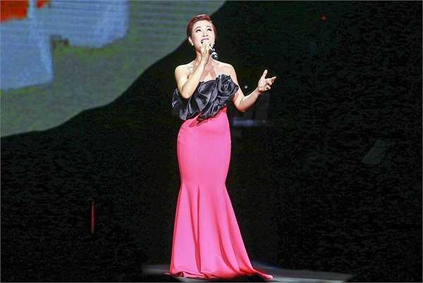 Với các ca sĩ xuất hiện trong chương trình hôm nay, Uyên Linh là một trong những ca sĩ có phần trình diễn xuất sắc nhất. Cô còn trẻ, giọng hát còn mạnh mẽ, nhiều day dứt, và hơn hết, Uyên Linh đang ở trong giai đoạn chín muồi trong sự nghiệp của mình.