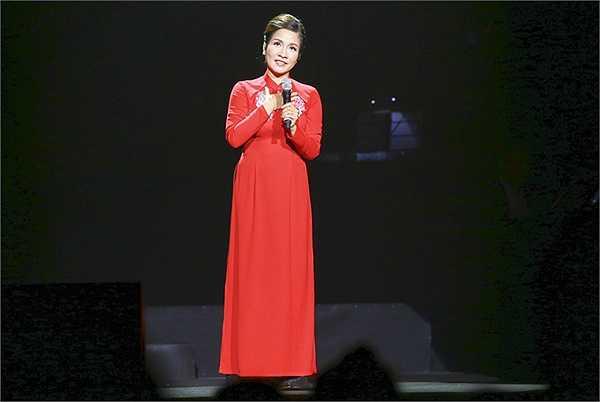 Ca sĩ Mỹ Linh hát 2 ca khúc của nhạc sĩ Phạm Duy là Đưa em đi tìm động hoa vàng, Tình ca và Rừng xưa đã khép của nhạc sĩ Trịnh Công Sơn