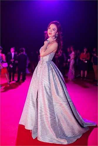 Tại 'Đêm hội chân dài 9' được tổ chức tối qua, Angela Phương Trinh khiến không ít khán giả bất ngờ vì vẻ đẹp thanh tú cùng gu thời trang kín đáo. Đây dường như là một cách lấy lại hình ảnh trong mắt khán giả của Angela.