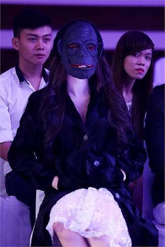 Cô cũng gây 'sốc' khi đeo mặt nạ ở hàng ghế khán giả.