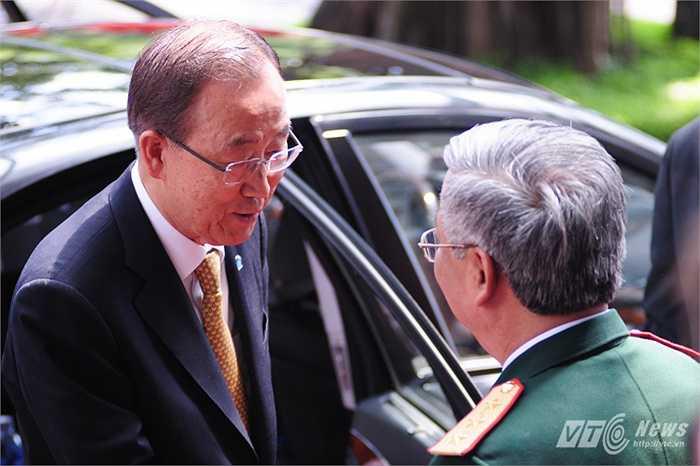 Tổng thư ký vui mừng nói chuyện cùng Thượng tướng Nguyễn Chí Vịnh
