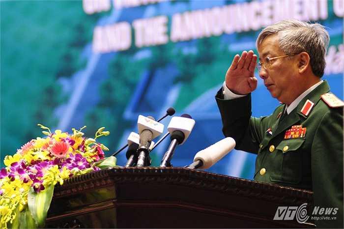 Thượng tướng Nguyễn Chí Vịnh, Thứ trưởng Bộ Quốc phòng thực hiện nghi thức chào các đại biểu