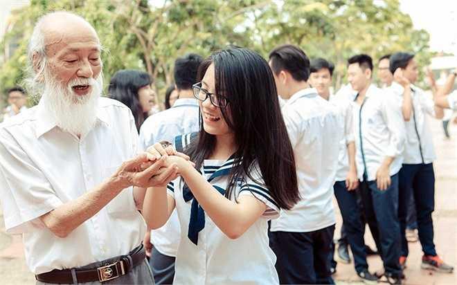 Ngày 21/5, học sinh lớp 12, THPT Lương Thế Vinh làm lễ thả chim phóng sinh. Cô giáo Văn Thùy Dương (con gái PGS Văn Như Cương) cho biết, đây là hoạt động thường niên tại trường. PGS Văn Như Cương - thầy giáo 80 tuổi nổi tiếng trên mạng xã hội - cùng học trò làm lễ phóng sinh.