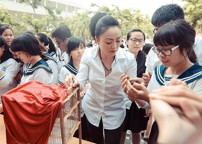Cô giáo trao tận tay từng học sinh những chú chim bé nhỏ.